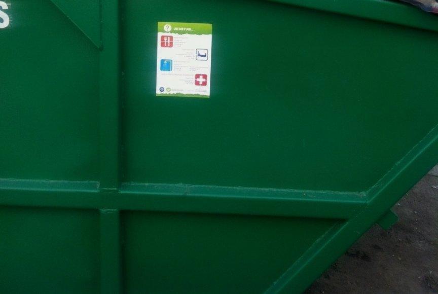 Kaune ant konteinerių klijuojami lipdukai benamiams