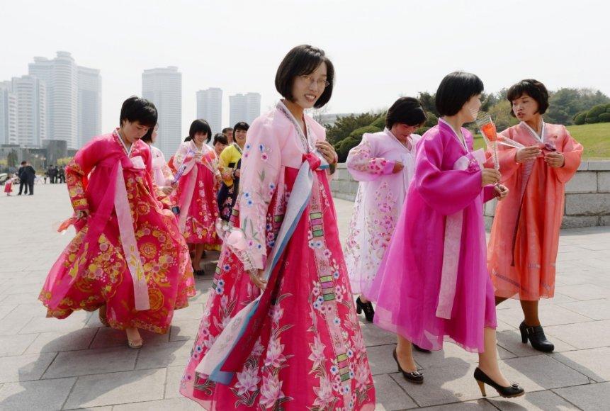 Šiaurės Korėjos moterys tautiniais drabužiais