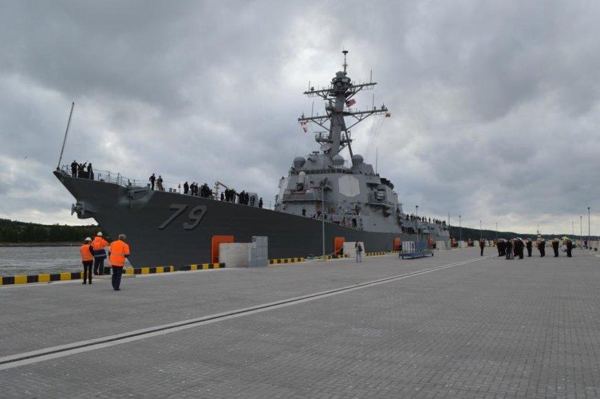 """Ketvirtadienio vakarą Klaipėdos uoste, centriniame terminale prisišvartavo JAV karo laivas """"USS OSCAR AUSTIN""""."""