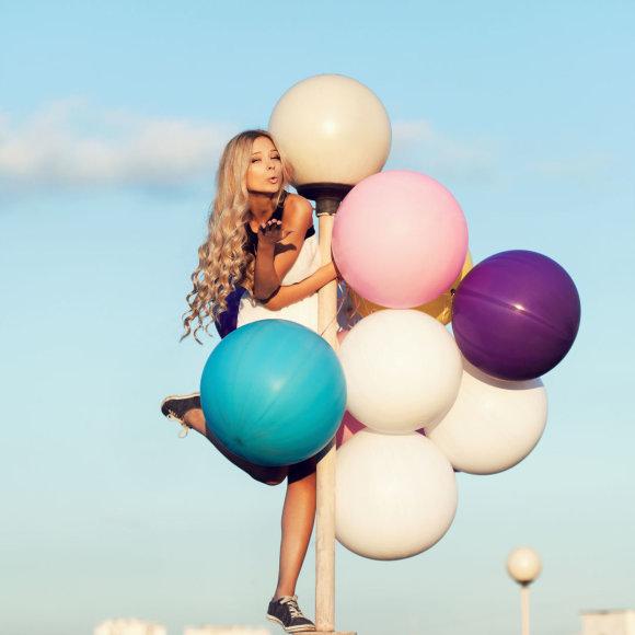 Mergina su balionais