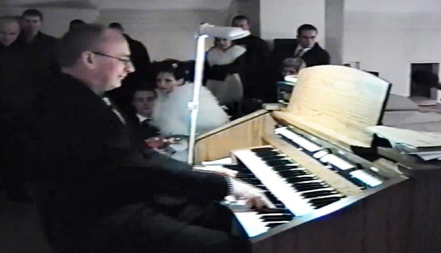 Kunigo Petro Linkevičiaus staigmena jaunavedžiams 2001-aisiais
