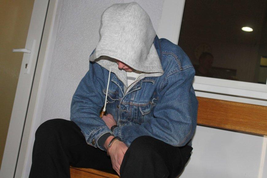 Į teismą vedami sulaikyti jaunuoliai