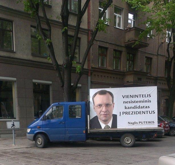 Naglio Puteikio reklaminis automobilis neįgaliųjų vietoje