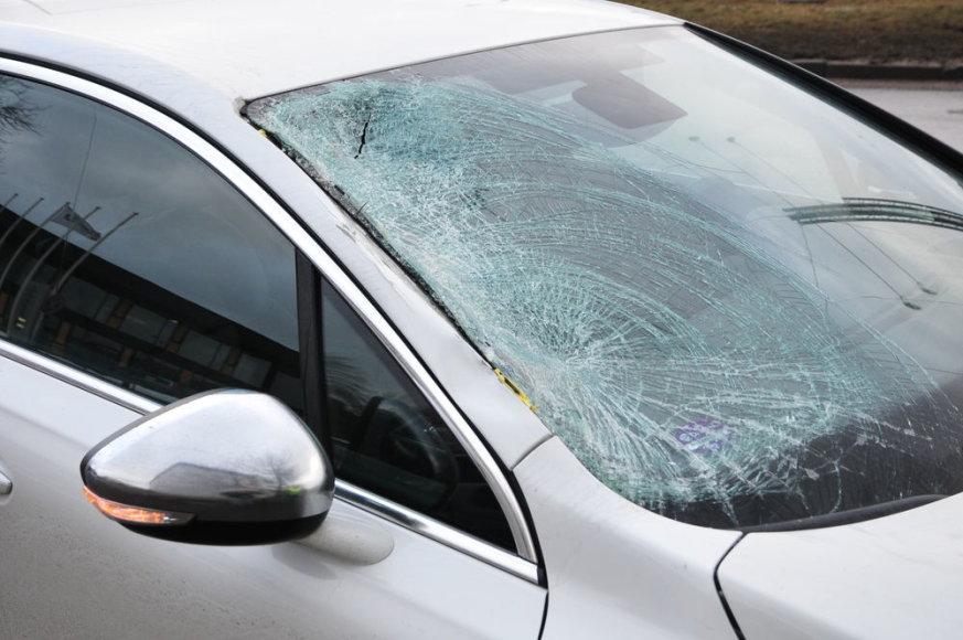 Savanorių prospekte automobilis partrenkė žmogų.