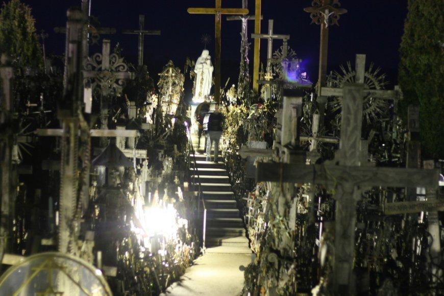 Kryžių kalnas naktį