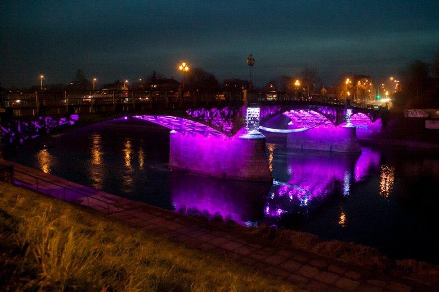 Lietuvos ankstukams purpurine spalva įžiebtas Žvėryno tiltas Vilniuje