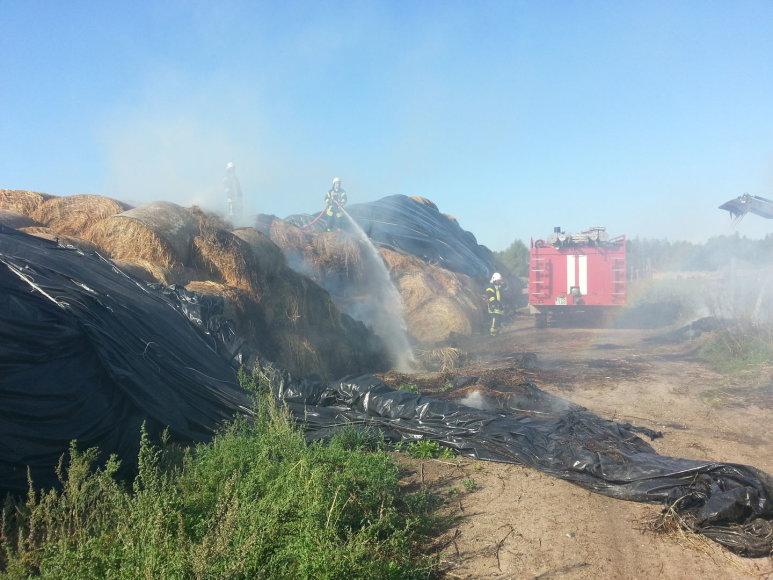 Šilutės rajone degė ūkininko šiaudai