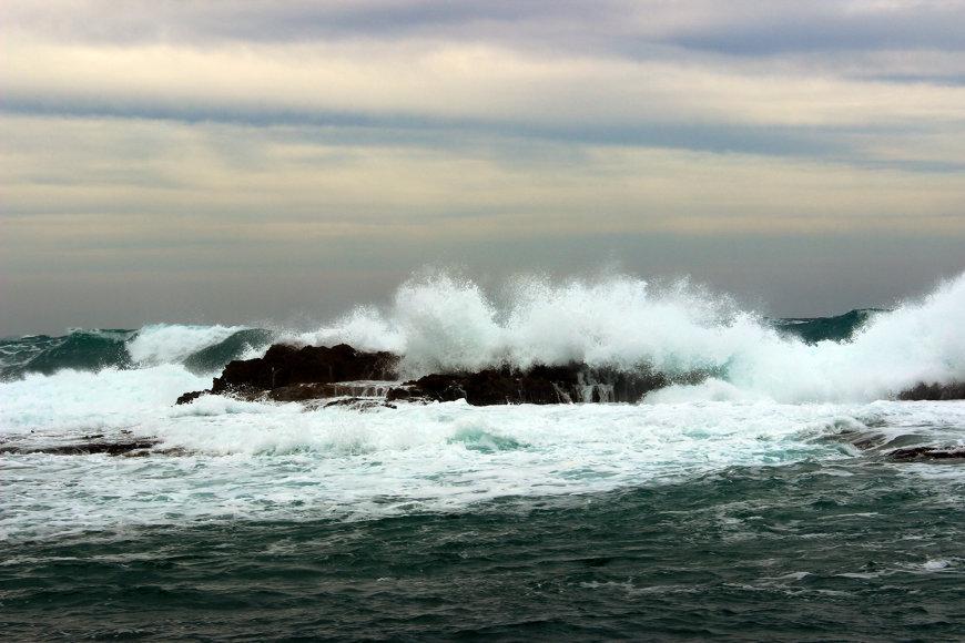 Pakrantės bangos ir vėjas