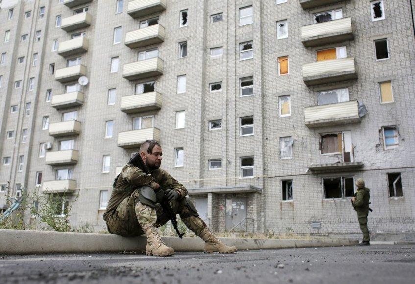 Ukrainos kariai prie apšaudyto daugiabučio Avdijivkos mieste