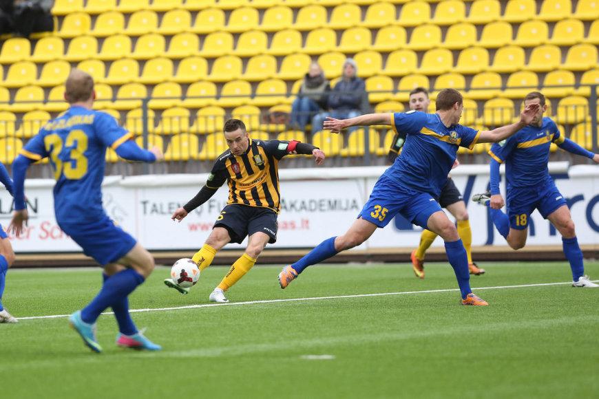 Vytautas Lukša (su kamuoliu) ir Edgaras Žarskis