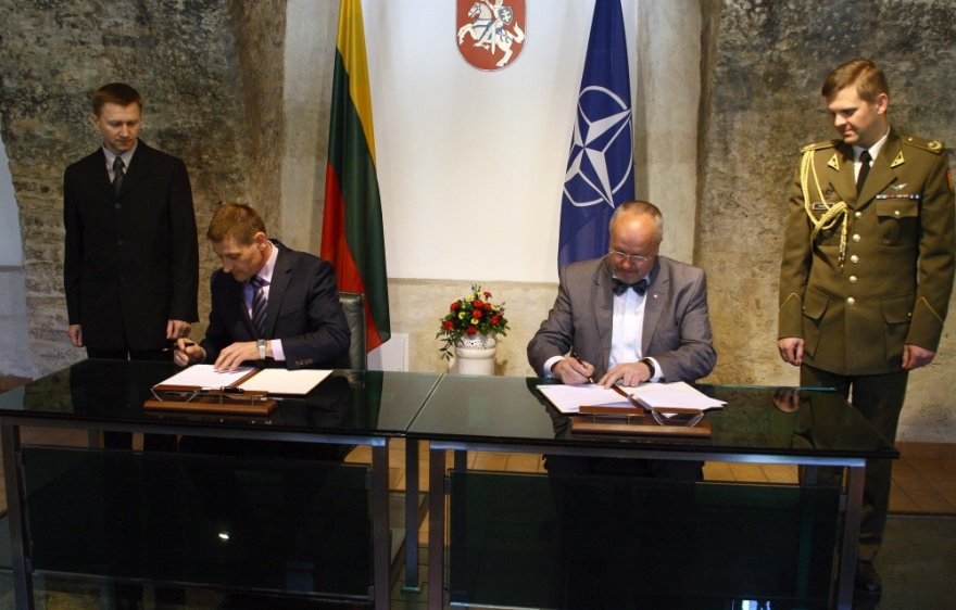 Bendradarbiavimo sutartį pasirašė krašto apsaugos ministras Juozas Olekas ir asociacijos pirmininkas Robertas Jurgelaitis