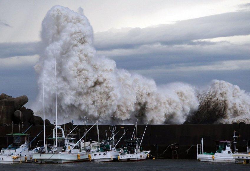 Taifūno sukeltos didžiulės bangos