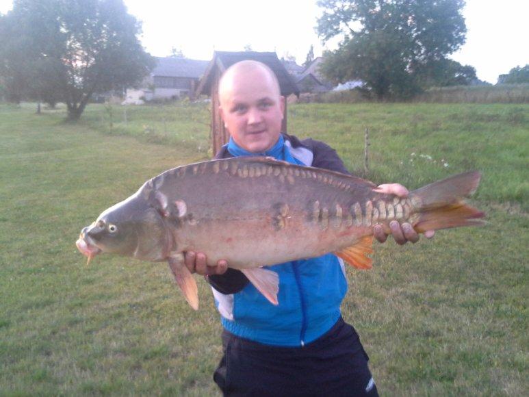 Pagautas laimikis Tauragės rajone Lauksargių kaime. Karpis sverė apie 9 kg. Žuvis pagauta mažame prude.
