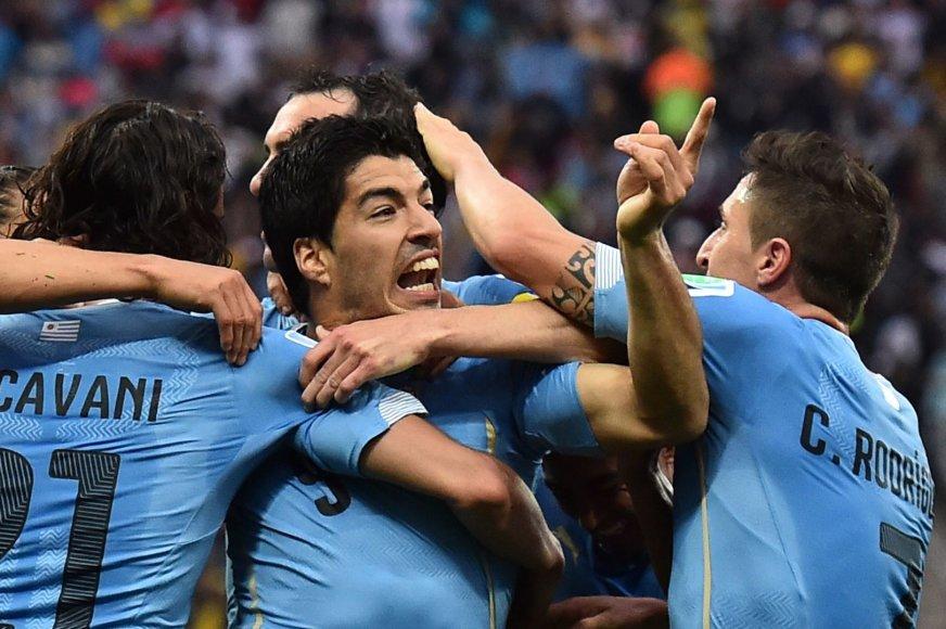 Luisas Suarezas džiaugiasi įvarčiu su komandos draugais