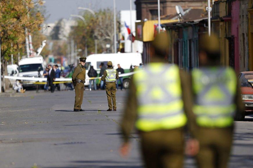 Policijos pareigūnai patruliuoja sprogimo vietoje Santjage