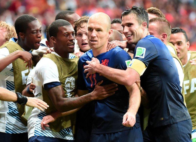 Arjenas Robbenas su komandos draugais džiaugiasi įvarčiu