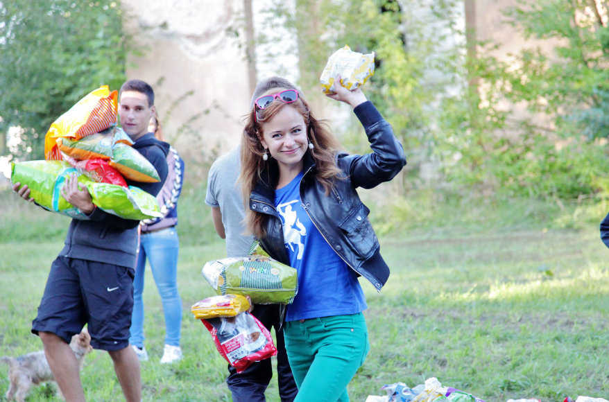 Kauno rajone jaunimas rinko maistą beglobiams gyvūnams