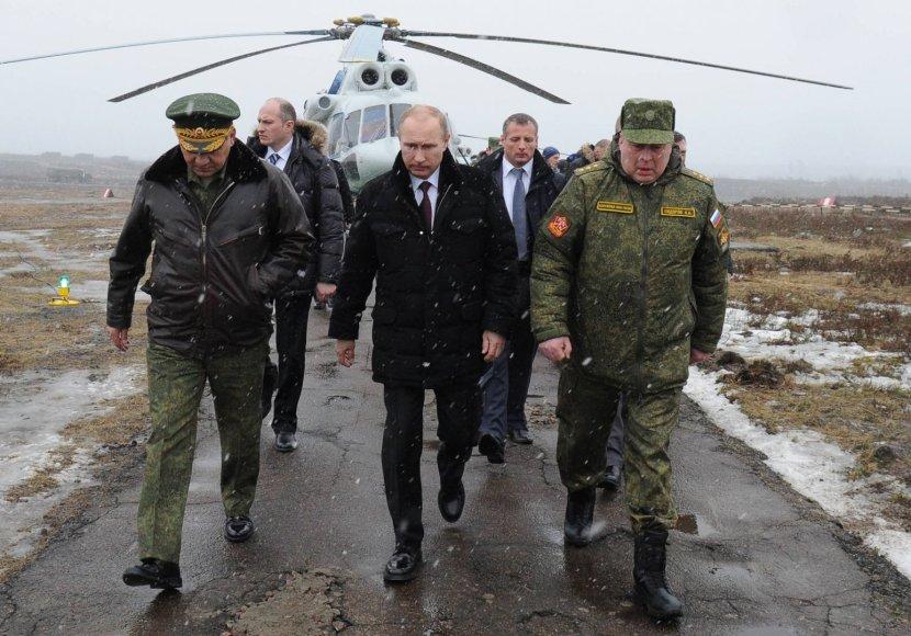 Vladimiras Putinas stebėjo karines pratybas Leningrade