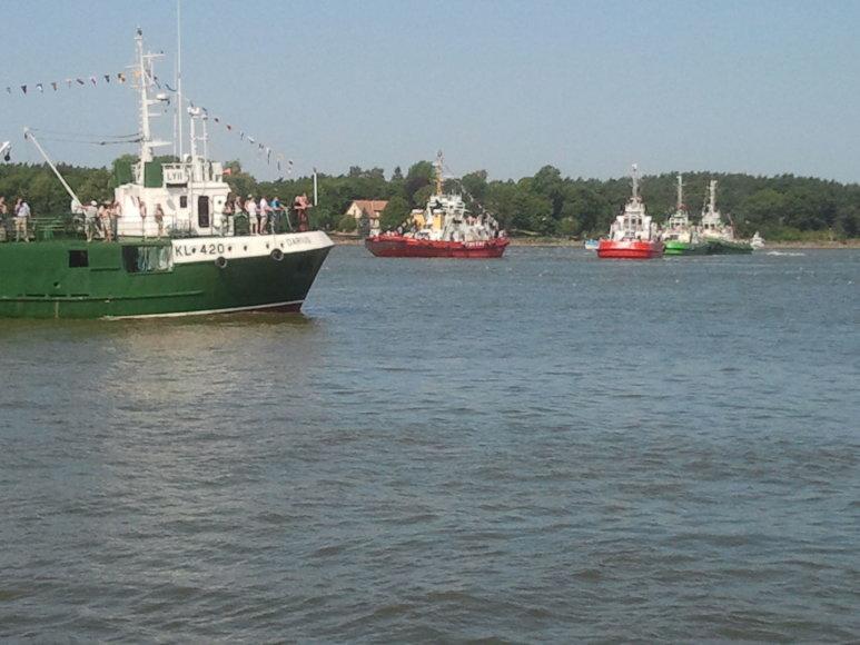 Į jūrą nuleisti vainikai negrįžusiems jūrininkams ir nuskendusiems laivams