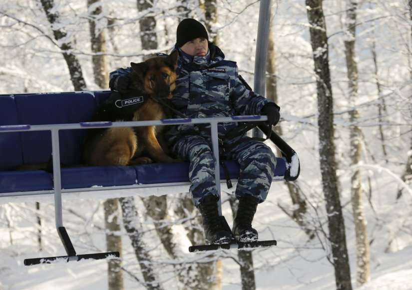 Rusijos policininkas su šunimi ant pakelėjo