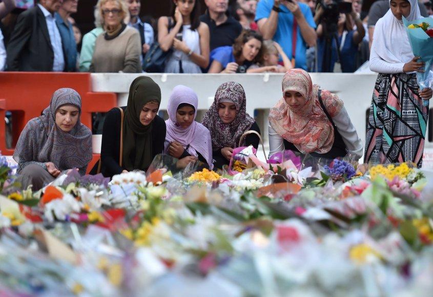Australijos musulmonės deda gėles įkaitų dramos vietoje Sidnėjuje