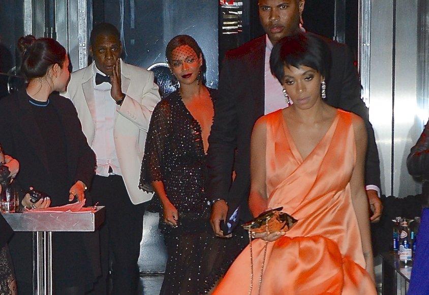 """Beyonce su vyru Jay-Z ir seserimi Solange Knowles """"Met Gala"""" pokylio dūzgėse"""