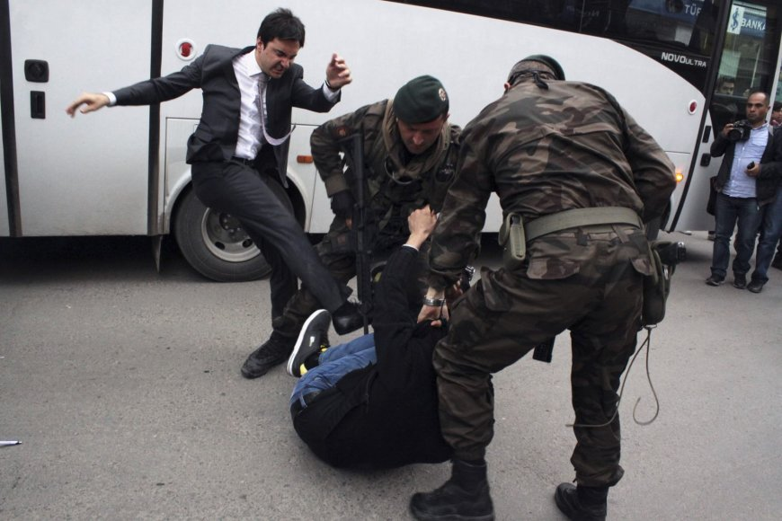 Yusefas Yerkelis spardo protestuotoją
