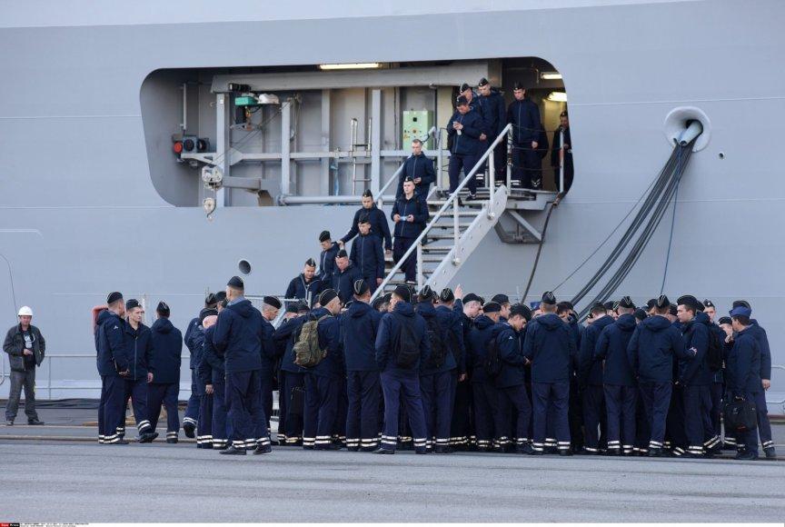 """Po pratybų laive """"Vladivostok"""" išeidinėjantys Rusijos jūrų pėstininkai"""