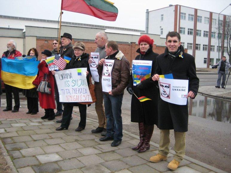 Ukrainiečius palaikantys klaipėdiečiai sekmadienio popietę su plakatais rinkosi prie Rusijos konsulato.