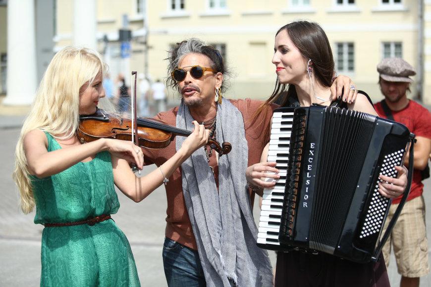 """Simona Buinevičiūtė, """"Aerosmith"""" grupės lyderis Stevenas Tyleris ir Aurelija Matulevičiūtė"""