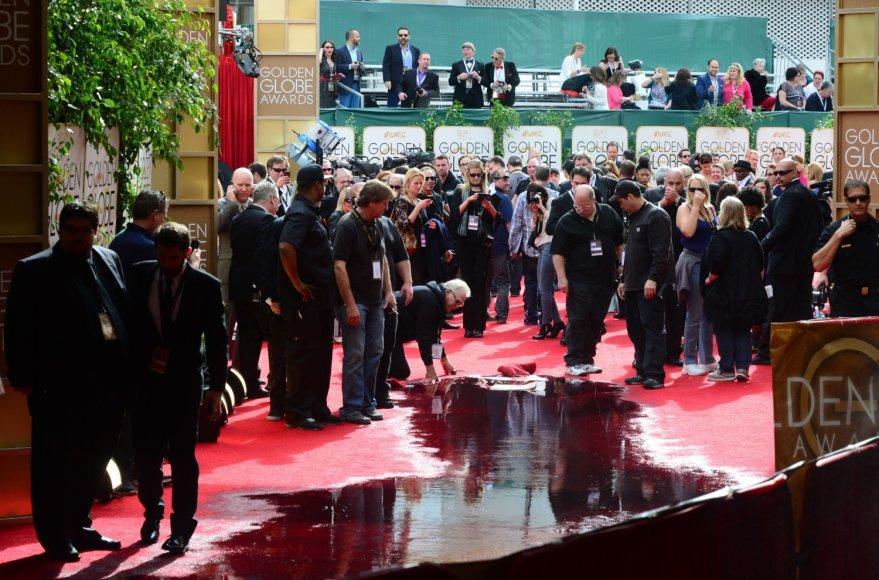 """Ant """"Auksinių gaublių"""" raudonojo kilimo išsiveržė trūkusio kanalizacijos vamzdžio turinys"""