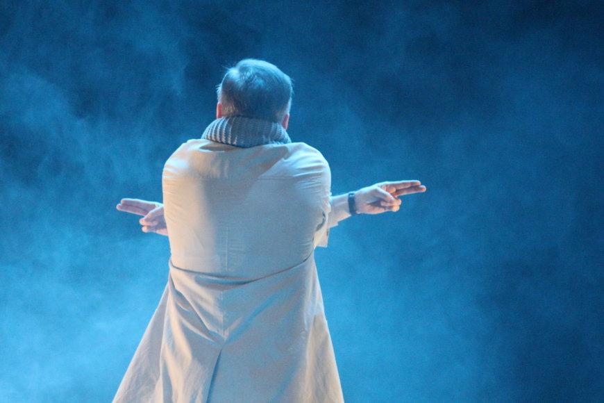 """Scena iš Klaipėdos dramos teatro spektaklio """"Pašaliniams draudžiama"""", pagal Gintaro Graujausko pjesę. Režisierius – Oskaras Krošunovas."""