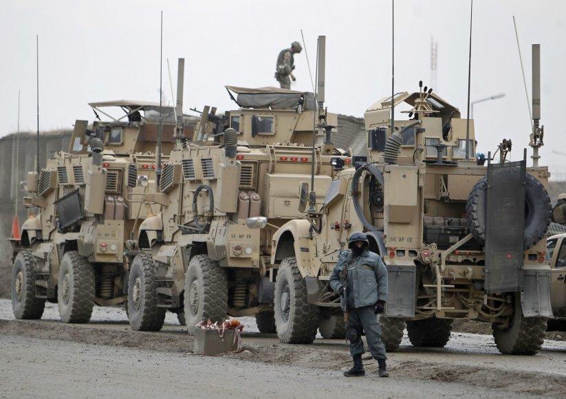 NATO karinė technika šalia įvykio vietos
