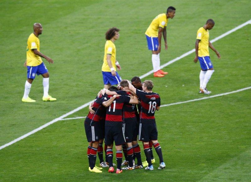 Vokietijos futbolininkai džiaugiasi įvarčiu