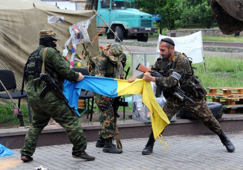 Prorusiški teroristai plėšo Ukrainos vėliavą Donecke