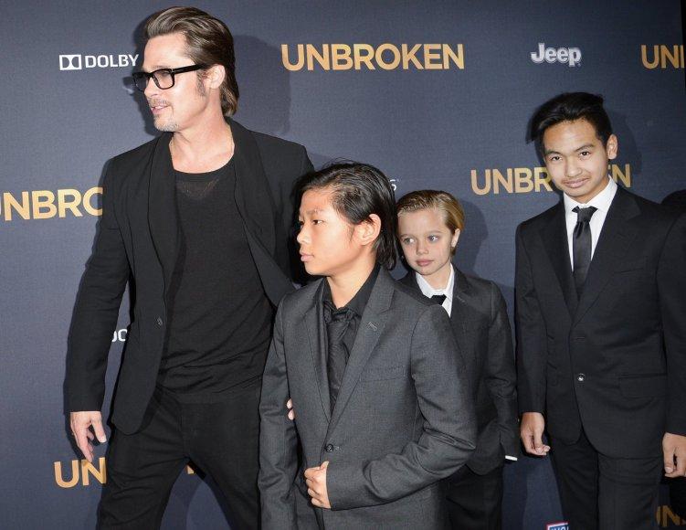 Bradas Pittas su įsūniais Paxu ir Maddoxu bei dukra Shiloh