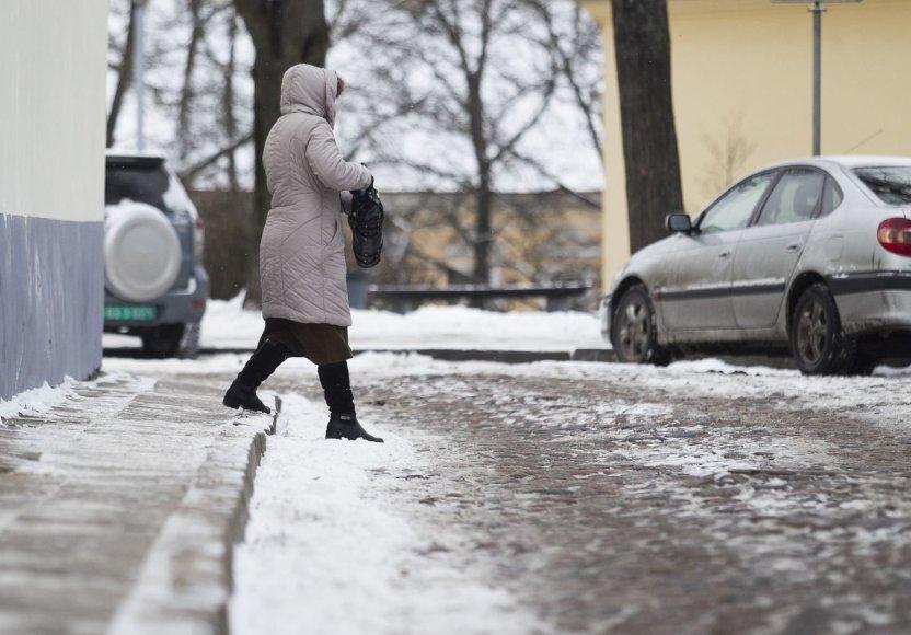 Šaltis stingdo vakarėjančio Vilniaus gatves.