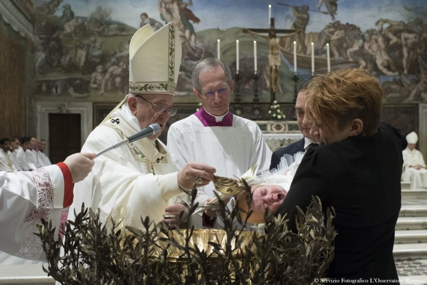 Popiežius Pranciškus Siksto koplyčioje krikštijo vaikus.