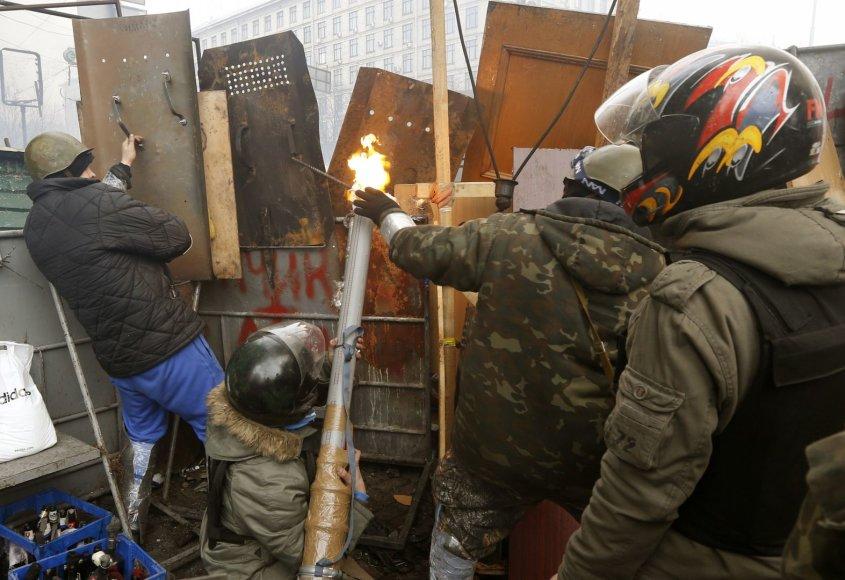 Protestuotojai prie savadarbės Molotovo kokteilių svaidyklės