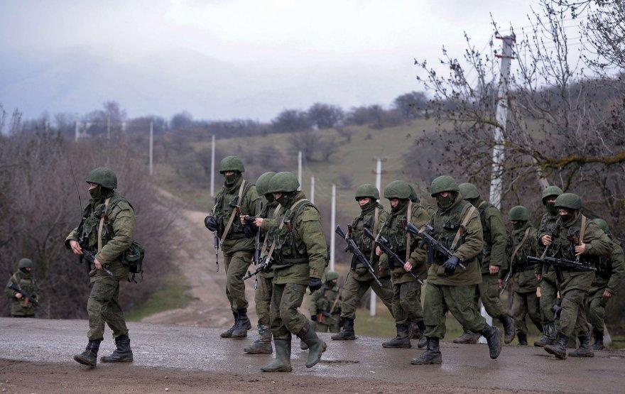 Rusijos kariai prie karinės bazės Perevalnoje, Kryme.