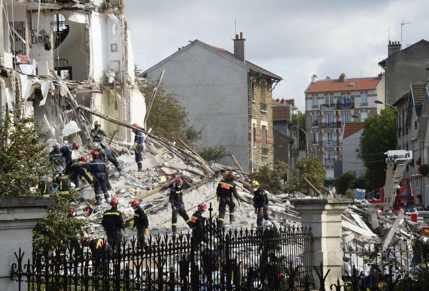 Paryžiaus priemiestyje sugriuvo keturių aukštų namas.