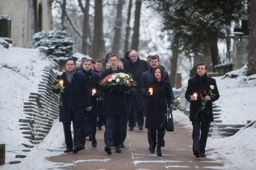 Sausio 13-ąją Vilniaus meras, jo pavaduotojai, Tarybos nariai ir Administracijos vadovai pagerbė gynėjų už Laisvę atminimą Antakalnio memoriale.