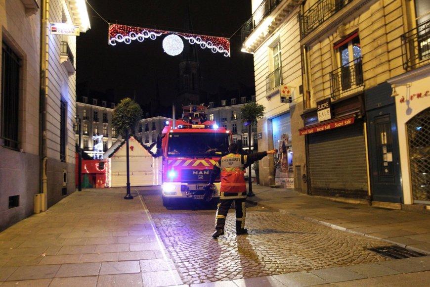 Nanto mieste vairuotojas įlėkė į Kalėdų mugės prekyvietę.