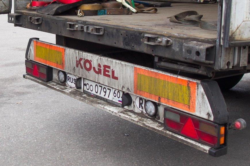 Krovinys perkrautas į vilkiką su rusiškais numeriais.
