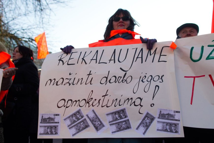 Prie Vyriausybės rūmų Vilniuje vyko profesinių sąjungų organizuojamas mitingas.