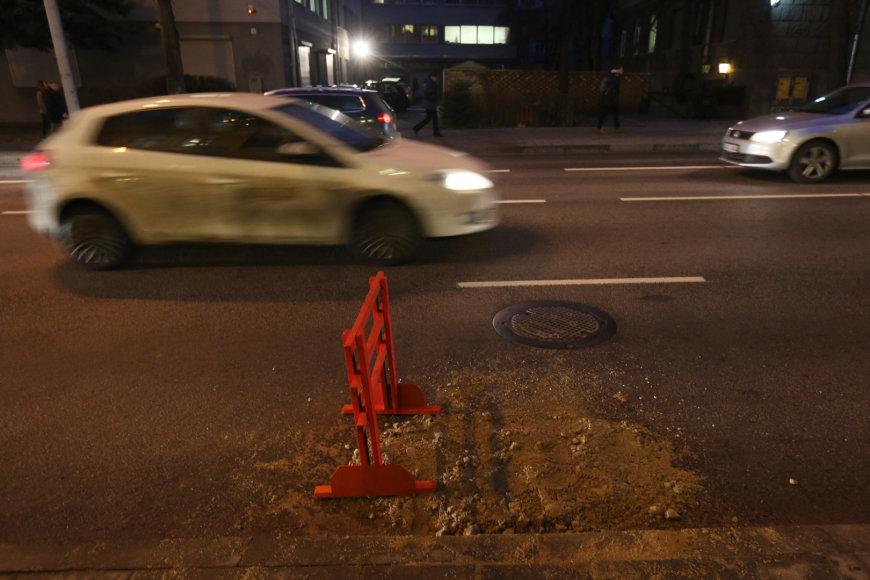 J.Jasinskio gatvėje Vilniuje atsivėrė smegduobė