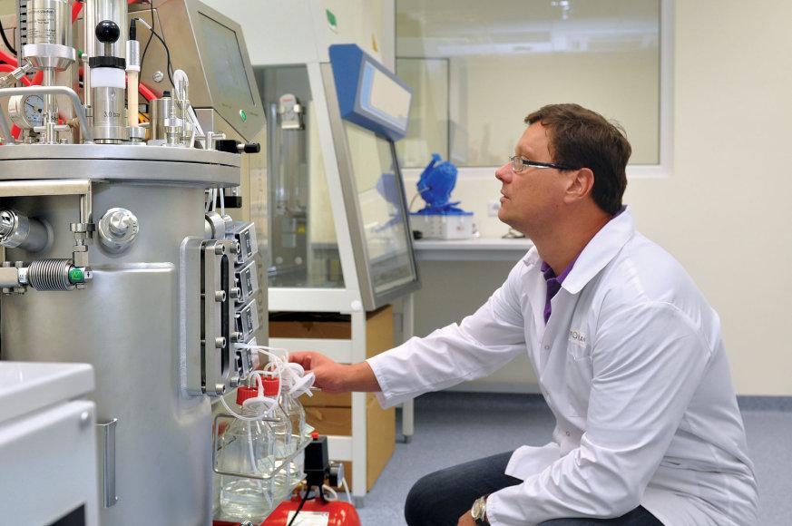 """Tomas Andrejauskas prie laboratorijos """"ferariais"""" vadinamų fermentatorių, kurių kaina siekia kelis šimtus tūkst. litų"""