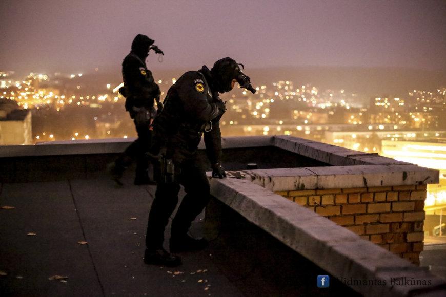 """""""Aro"""" snaiperiai apžiūri gatvę pro kurią bus vežama eurų siunta"""