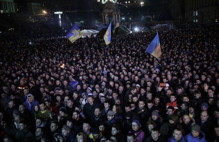 Kijevo Nepriklausomybės aikštėje susirinkę žmonės