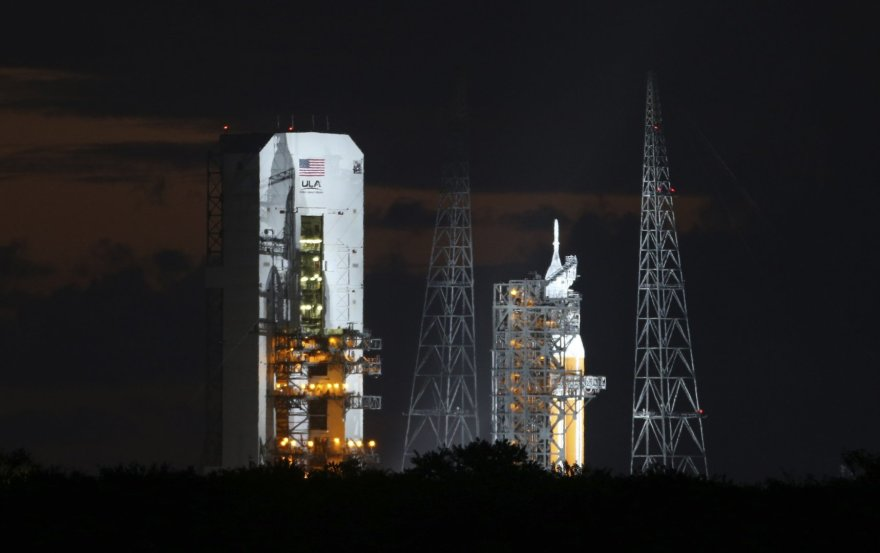 "Raketa ""Delta IV"" su ""Orion"" kapsule prieš pakilimą."